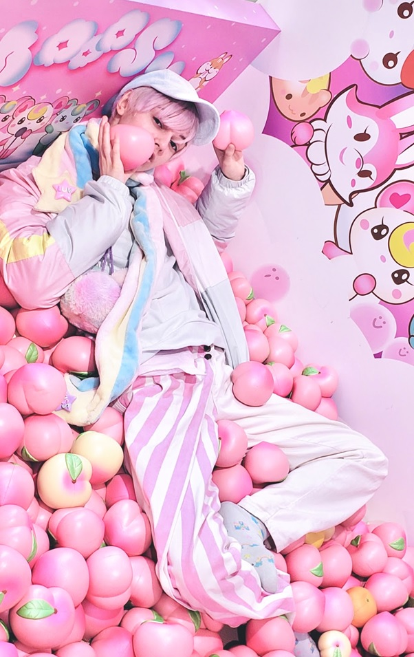 Nyun at photospot in Mooosh Harajuku - holding peaches!