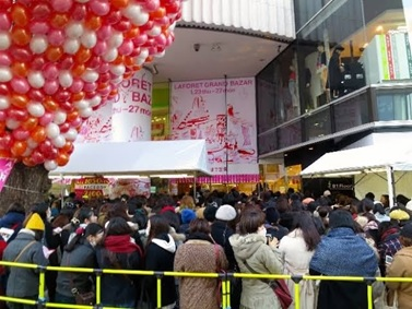 People lining up to enter Laforet on the first day of Grand Bazar, 15minutes before opening. (2015)